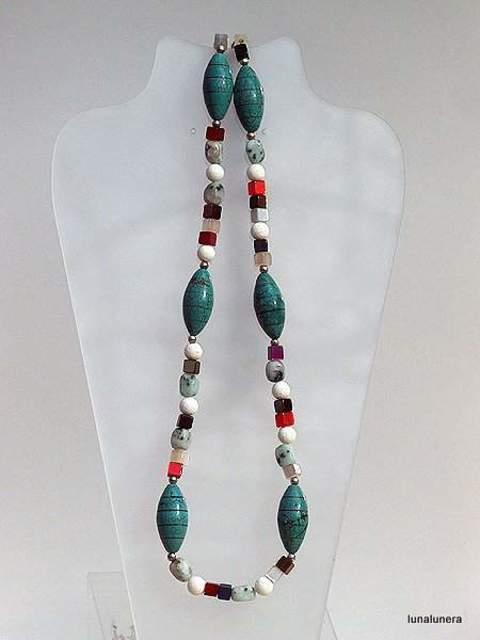 060b5d041455 Collar largo de piedras con coral blanco y hawlitas imitación turquesa.