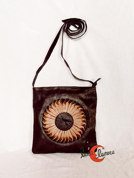 Bolso de cuero marroquí, bolso bandolera de piel plano color marrón oscuro con sol.