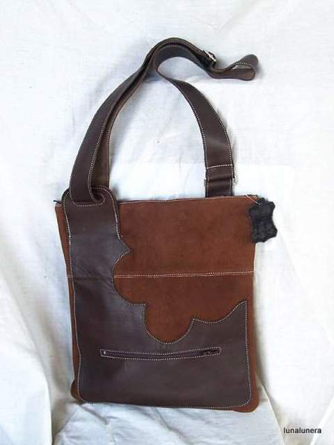 0e8cc55a2 Bolso rectangular plano bandolera con bolsillo con cremallera por delante.  Combina piel de ante marrón más claro y marrón chocolate.
