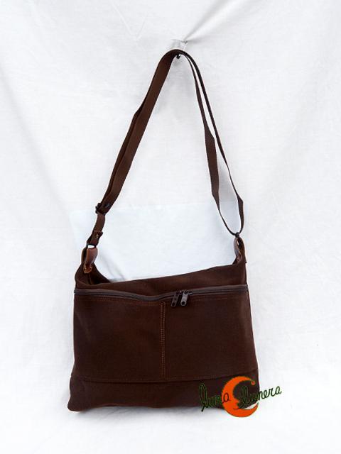 193a4916d Colección Vinicius, bolsos de loneta. Bolso cremalllera con dos bolsillos  externos, pequeño. Color marrón chocolate.